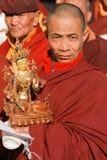 Buddhistisches Lama tragen Bodhisattvastatue während der religiösen Feier Stockfoto