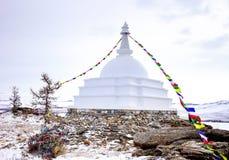 Buddhistisches stupa des Aufklärung auf der Insel Ogoy mit Flaggen baikal Stockbild