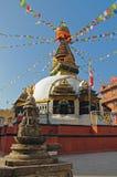 Buddhistisches stupa mit bunten Gebetmarkierungsfahnen Lizenzfreie Stockbilder