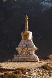 Buddhistisches stupa in Thame-Dorf mit felsigem Stockfotos