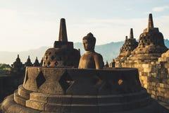 Buddhistisches stupa und eine Buddha-Statue stockbilder