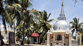 Buddhistisches Stupa unter Palmen, Sri Lanka Lizenzfreies Stockfoto