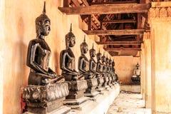 Buddhra asentado fila Imágenes de archivo libres de regalías