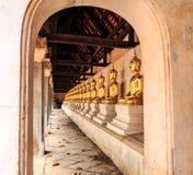 Buddhra posé par rangée Image stock
