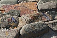 buddhsit πέτρες mani στοκ φωτογραφία