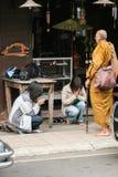 Buddihism som respekterar en munk Thailand Royaltyfria Bilder