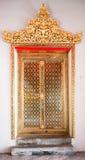 Buddismens kyrkliga dörr på WAT PO Bangkok Arkivfoto