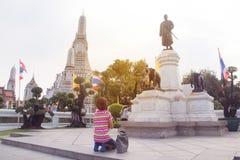 Buddismfolket tillber monumentet konungen på Wat Arun Ratchawararam Arkivfoto