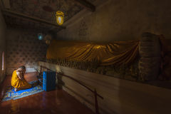 Buddismmunken sitter i templet Arkivfoto