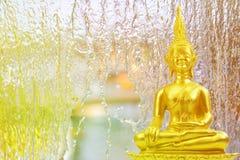Buddismstaty på vattennedgång i trädgården, abstrakt bakgrund Arkivfoton