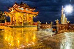 Buddist świątynia z zadziwiającymi odbiciami i światłami Fotografia Stock