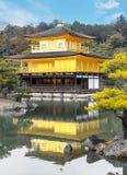 Buddist för zen för paviljong för Kinkakuji tempel guld- på sjön på Tokyo Arkivfoton