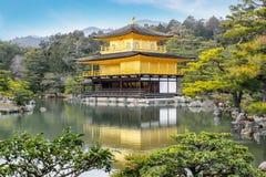 Buddist för zen för paviljong för Kinkakuji tempel guld- på sjön på Tokyo Fotografering för Bildbyråer