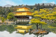 Buddist för zen för paviljong för Kinkakuji tempel guld- på sjön på Tokyo Arkivbilder