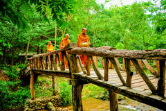 Buddist munkar som marscherar för att söka allmosa i morgon royaltyfri fotografi