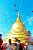 Buddist som ber, genom att gå runt om pagoden av den guld- bergtemplet Royaltyfri Foto