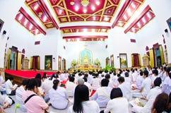 Buddist som ber på afton Arkivbild