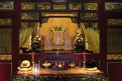 Buddista interno del tempio di offerti dell'altare Fotografia Stock Libera da Diritti