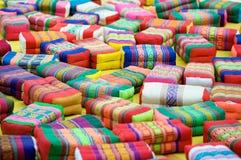 buddisten cushions det thai böntempelet Arkivbild