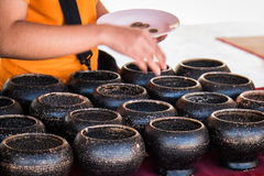 Buddisten donerar pengar fotografering för bildbyråer