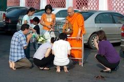 buddisten för 02 allmosa ger monken till Arkivbilder