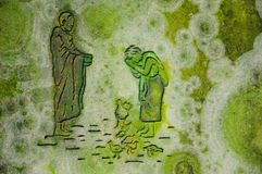 Buddisten gör merit som erbjuder till munken arkivfoton