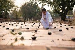 Buddisten häller olja in i lampa 02 Royaltyfri Fotografi