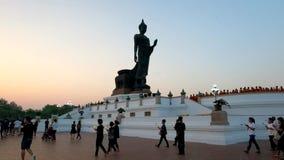 Buddister går med tända stearinljus i hand på den Magha Puja dagen stock video