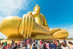 Buddister i en kö till den stora Buddha av Thailand Arkivbilder
