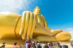 Buddister i en kö till den stora Buddha av Thailand Royaltyfria Foton