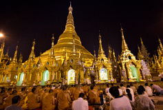 Buddister och troenden ber på den Shwedagon pagoden i Burman ( Myanmar) Royaltyfri Fotografi
