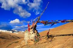 Buddistflaggor på berget i Himalayas Royaltyfria Bilder