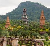 Buddistgebouwen in tropisch park Nong Nooch (Klopje stock fotografie
