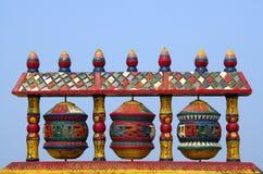 buddistisk bön som rotera det tibetana hjulet royaltyfri fotografi