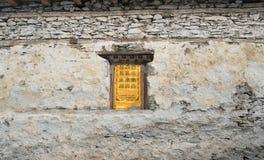 Buddistisk be vägg i landskap i den Annapurna strömkretsen som trekking Royaltyfria Bilder