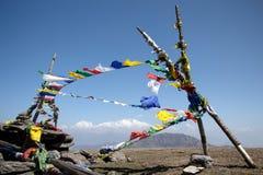 buddistisk flag& x27; s på himalaya royaltyfri fotografi