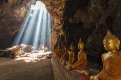 Buddistisk grotta i Thailand Royaltyfri Foto