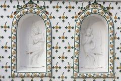 Buddistisk gud på en vägg på Wat Arun Rajwararam Royaltyfri Fotografi