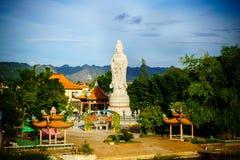 Buddistisk gudinna av förskoning Staty i kinesisk tempel nära flod K Fotografering för Bildbyråer