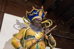 Buddistisk gudstaty i den forntida longhuatemplet veven för byggnadsporslinkonstruktion avslutade moderna nya kontorsshanghai sky Royaltyfria Bilder