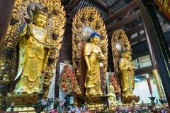 Buddistisk gudstaty i den forntida longhuatemplet veven för byggnadsporslinkonstruktion avslutade moderna nya kontorsshanghai sky Royaltyfri Fotografi