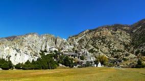 Buddistisk kloster på foten av berget nära den Manang villan Arkivbilder