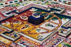 Buddistisk mandala som byggs av munkar i tibetan kloster från kulör sand på den korrekta traditionella geometriska modellen, Lada Royaltyfri Bild