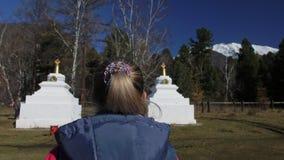 Buddistisk mongolisk Buryat tempel Buryat stupa för ceremonier och dyrkan Kvinnan går till kulturellt objekt för bön arkivfilmer