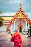 Buddistisk monk i det Wat Pho tempelet i Bangkok Arkivfoton