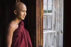 Buddistisk munk för lycklig novis på den Indein byn, Inle sjö, Myanmar Royaltyfri Foto