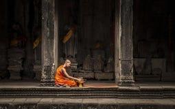 Buddistisk munk i den Angkor Wat templet Arkivfoton