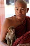 Buddistisk munk med apan Royaltyfria Bilder
