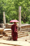 Buddistisk munk med den purpurfärgade torkduken Arkivfoto