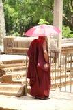 Buddistisk munk med den purpurfärgade torkduken Royaltyfri Fotografi